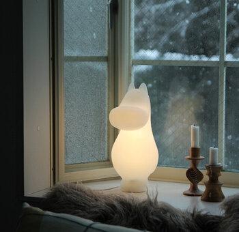 寒い日の窓辺には、暖かな光のランプが素敵です。北欧の国の冬を思いながら、ランプに光を灯しましょう。