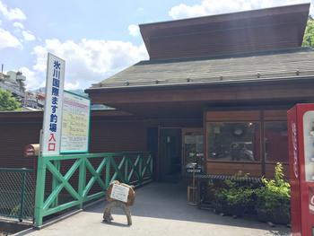 自然豊かな奥多摩で人気のレジャーのひとつが釣り。奥多摩駅から歩いて5分ほどの場所にある「氷川国際ます釣場」の2階にあるのが「蕎麦太郎CAFE」です。  ※2021年8月現在、氷川国際ます釣場は臨時休業しています。蕎麦太郎CAFEも営業時間を短縮しているため、公式SNSで最新情報をご確認ください。