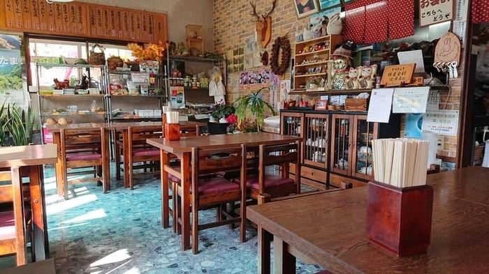「丹下堂」は奥多摩湖が望める湖畔の食堂。昔ながらのレトロな雰囲気のなかお昼食をいただきましょう。