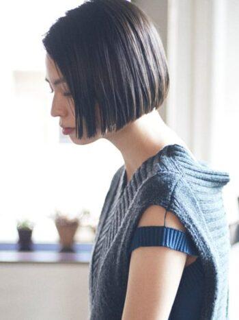 クールでミステリアスな横顔を演出するなら、前髪を流したワンレングスがおすすめ。ワンレングスの場合、毛先を軽めにしてヘアオイルやバームで仕上げると、透明感がアップします。