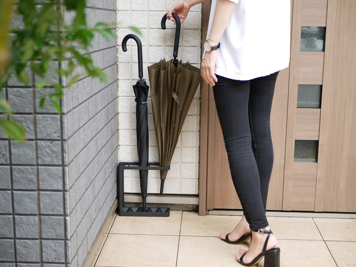 びしょびしょの傘を玄関内に持って入るのはちょっと抵抗がありますよね。そんなときには、玄関の外にも傘立てが設置してあると便利です。薄型のアイテムを選べば、ドア横に置いても開閉時にぶつかりません。サイズをあらかじめ測定し、スリムに収納できるものを選びましょう。