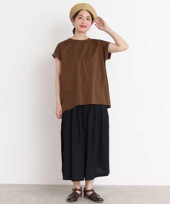 トレンド感あるおしゃれな雰囲気を作りたいなら、断然ブラウンカラーのTシャツがおすすめ。ふんわりと肩を隠すフレンチスリーブのTシャツは、さらりと着ても子供っぽくならず洗練された印象が。