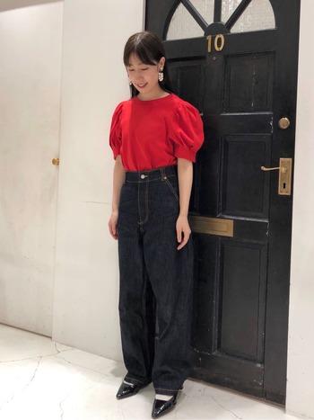 袖にボリューム感のあるパフスリーブデザインなら、着るだけでたしかな存在感が。あえてカジュアルなデニムと合わせて、コーデにメリハリを。