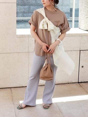 薄いブラウンは柔らかな空気感。袖をロールアップすることで、シンプルなTシャツに抜け感をプラスできます。斜めにシャツを巻けば、力の抜けたラフな大人コーデの完成です。