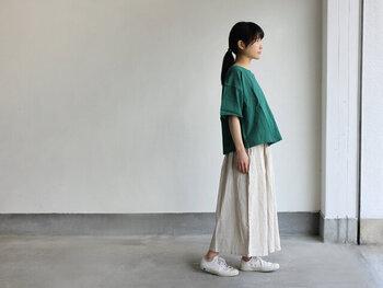 今年のトレンドカラーとして注目されているグリーンは、大人のアクセントカラーに最適。着こなしに少しの個性をプラスすることができます。コットンリネンのTシャツなら光沢感があり、エレガントなグリーンに。