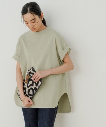 ペールグリーンとは淡いグリーン色のこと。くすみ系のカラーなのでかわいらしくならず、さり気ない大人の差し色として大活躍!ルーズなシルエットのビッグTシャツも落ち着いた印象に。