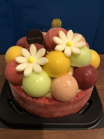 色鮮やかなアイスケーキ「バルーンドフリュイ」はグラッシェルの定番メニュー。土台には甘酸っぱくいベリーソースを塗った生地とバニラアイスクリームとチョコレートパフ。その上にこんもりと盛り付けられたカラフルなフルーツシャーベットは、それぞれ異なる味を楽しめます。色合いも可愛いアイスケーキは、誕生日プレゼントに喜ばれそう*