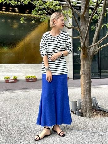 ぱっと目を引く青色スカートには、ボーダーのカットソーを合わせてマリンスタイルに。ヌーディなサンダルとアクセサリーが女性らしさを演出し、オーソドックスながらも洗練されたコーディネートに仕上がっています。
