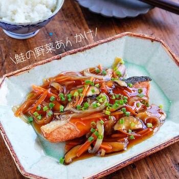 こんがり焼いた鮭に野菜たっぷりの和風あんをかけていただきます。一品でボリューム満点なうえ、野菜も一緒に摂れる点がうれしいですね。野菜はアレンジして長ネギやしめじ、ピーマンなどを加えても◎ご飯にもよく合いますよ。