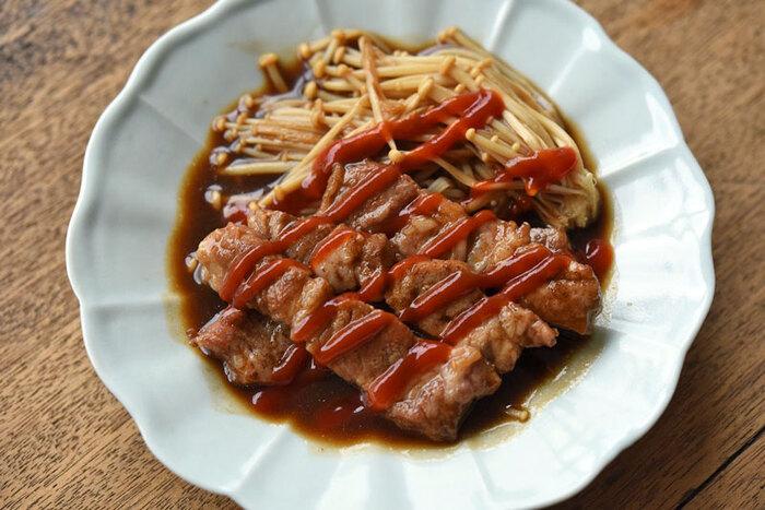 とんかつ用の厚切り肉を使ったソース炒めです。豚肉は脂身が適度に入っている肩ロース肉がおすすめなのだそう。お肉と一緒に付け合わせのえのき茸もウスターソースとみりんで煮詰めます。仕上げにケチャップをかけて完成です。ぜひ出来たてのアツアツを堪能して。