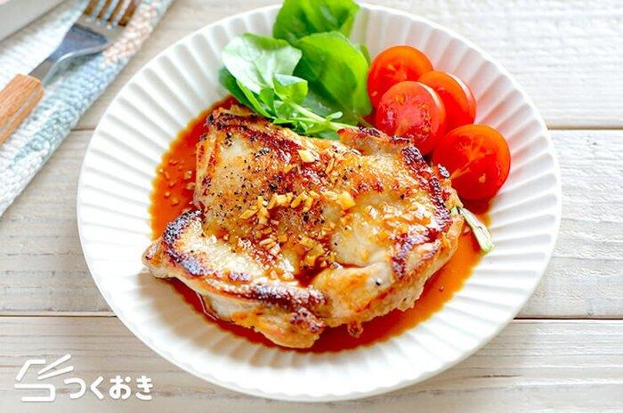 パリッとジューシーなチキンステーキはいかが?パンチのきいたガーリック醤油のタレをかけていただきます。鶏肉は火が通りやすいよう厚さを均一に開いて、皮がカリッとなるまでじっくりと焼くのがポイント。男子がよろこぶボリュームおかず、ぜひお試しあれ。