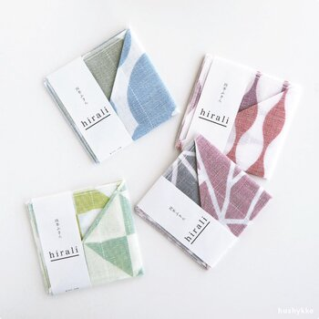 毎日の暮らしに欠かせない布巾は、もらって嬉しいアイテムの一つ。日本の四季をモチーフにした4種類のデザインは幾何学的で、どこか北欧っぽい雰囲気も感じられます。年齢や性別を問わないデザインなので、引っ越しの挨拶にもおすすめです。  価格:748円