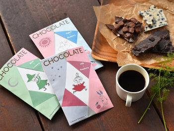 そのまま眺めていたくなるような、可愛いムーミンのチョコレート。コーヒーのお供にもぴったりです。ベリーをたっぷり混ぜ込んだ全3種類のチョコレートは、どれも食べ応え抜群。デザインだけでなく品質にもこだわって作られているのが嬉しいですね。ムーミンたちのイラスト部分はポストカードになっているので、メッセージを添えてプレゼントしても素敵です。  価格:870円