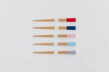 色鉛筆のような、たたずまいが愛らしい子供用のお箸。「がんこ箸」という名前の通り、丈夫かつ軽いのが特徴です。ほんのり丸みを帯びたフォルムのおかげでギュッと持っても手に食い込みにくく、ストレスフリー。子供の誕生日やお食い初めのプレゼントにおすすめです。  価格:660円