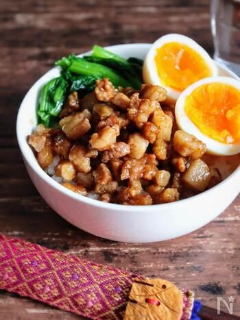 本場台湾の味がおうちで楽しめる!短時間で作れるルーロー飯はいかが。豚バラ肉に味が染みてトロトロな食感が堪能できます。五香粉を入れると、いっきに異国の香りが漂うアジアン気分に。調味料を入れてから長く加熱すると味が濃くなりすぎるので注意して。