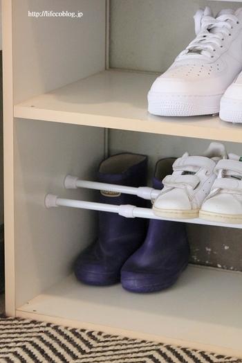 軽めの靴を乗せるなら、細めの突っ張り棒を2本使って、ラックの代用もできます。コスパもいいのにたっぷり収納。ヒールの靴は棒の後ろを高めに設置することで、見やすくきれいに収納できます。