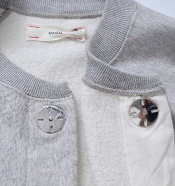 インド産超長綿の空紡糸を使った裏毛素材でほんのりと暖かく、肌寒い日にも大活躍。大き目のスナップボタンで存在感があり、シンプルなコーデのアクセントになってくれます。