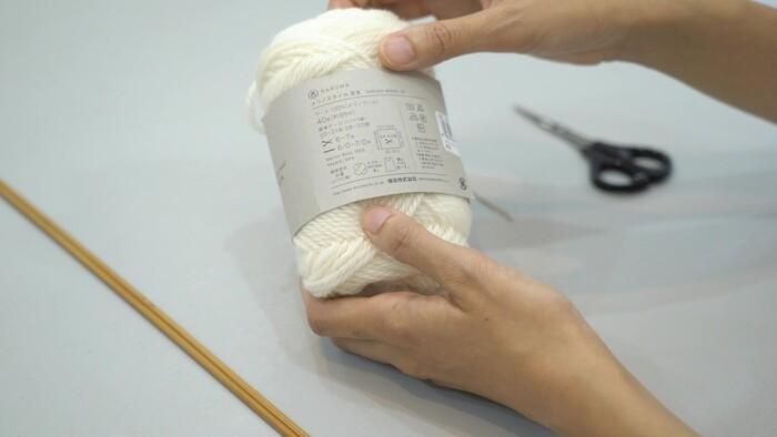 毛糸のラベルの裏には、 ・メーカー ・素材 ・ひと玉の重さと長さ ・標準ゲージ ・針の適正号数 など、さまざまな情報が載っています。  「標準ゲージ」とは、簡単にいえば網目の細かさのことで、メーカーが推奨している10㎝四方の目数と段数の表示を示しています。編みものを始める前に毛糸のラベルをチェックしておきましょう。