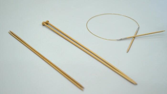 棒針は、 ・片方の先が尖った「玉つき針」 ・両端が尖っている「玉なし針」 ・輪編みするときに便利な「輪針」  など種類がたくさんありますが、どれを使ってもOK! サイズは、毛糸のサイズに合わせて選びましょう。(今回は5号の玉なし針を使用)
