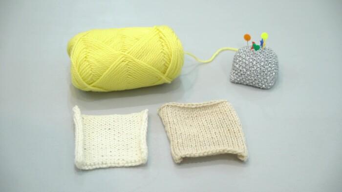 メリヤス編みで22目24段編んだものを2枚用意すればコースターも作れます♪