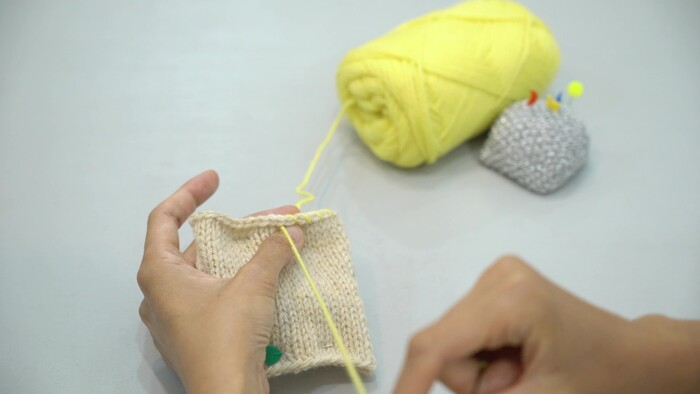①2枚、メリヤス編みで編んだものを外表に重ねる ②待ち針で固定 ③とじ針に糸を通す ④巻きかがりで2枚を縫いつける ⑤後ろから手前に糸を通す ⑥繰り返す ⑦糸しまつをする 完成