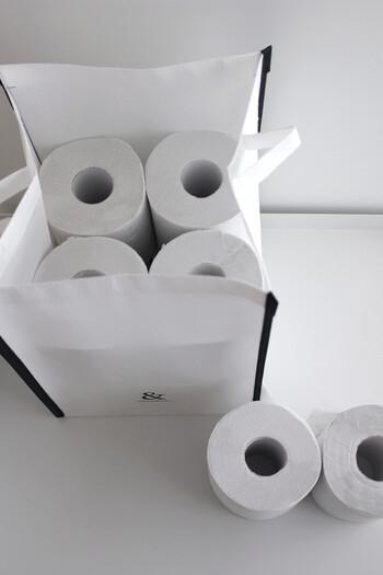 一般的なサイズのトイレットペーパーがぴったり12個入るサイズ感。トイレットペーパーをパッケージのまま置いておくよりも、ストレージバッグに入れ替えるだけで生活感が消えます。