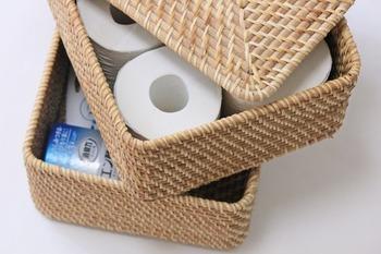 無印良品の「重なるラタンボックス」。トイレットペーパーがちょうど収まるサイズで、別売でフタも付けられるのですっきり収納できます。