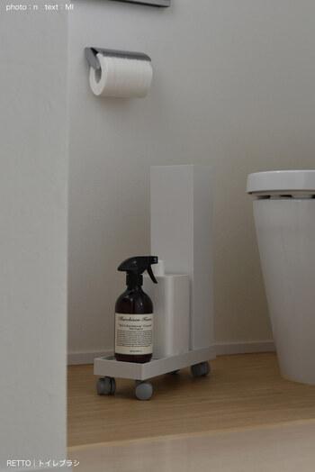 キャスター付きのトレイに、トイレブラシとサニタリーボックス、洗剤をひとまとめにして収納。移動がラクなのでお掃除もしやすく機能的です。