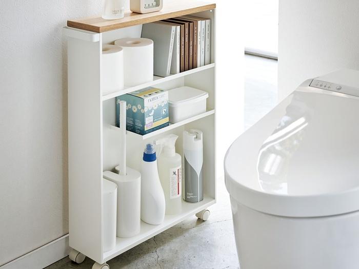 トイレットペーパーや洗剤類などをまとめて収納できる便利なラック。スリムだから場所を取りません。トップは天板になっているので、ディスプレイスペースとして好きなアロマや消臭剤を置いたり、雑貨を飾ったりと楽しみ方はいろいろ。