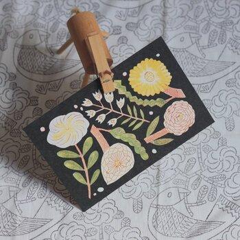 鹿児島睦さんのポストカードです。ほわっと温もりを感じるタッチは、眺めているだけで幸せな気分になります。フレームに入れてインテリアとして飾っても素敵。4枚セットなので、1枚にはメッセージを書いて贈るのもおすすめです。  価格:880円