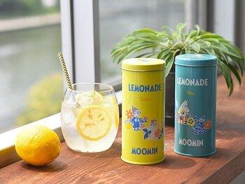 ホットもアイスも楽しめる、パウダー状のレモネードです。ちょっぴりレトロで爽やかな色合いのムーミンの缶がおしゃれな雰囲気。レモンのスライスを浮かべれば、お家にいながらカフェ気分が楽しめます。テレワークの合間のリフレッシュタイムにもぴったり。自分だけのちょっぴり贅沢なひと時を満喫できます。缶が空いたらティーパック入れや箸立てなど、色々な使い方ができるのも嬉しいポイントです。  価格:981円