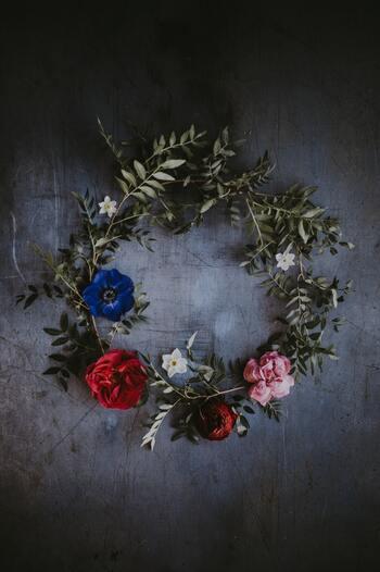 薔薇をお部屋に取り入れる方法として、リースとして飾るという方法もおすすめです。リースを飾ると一気にお部屋の雰囲気がアップしますよね。玄関のドアに飾っても素敵ですよ。