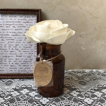 香りで薔薇を楽しむなら、薔薇の香りのルームフレグランスを置いてみてはいかがでしょうか。ルームフレグランスはふんわりさりげなく香ってくれるので、きつい香りが苦手な方でも取り入れやすいです。  こちらは、100%天然素材のソラフラワーで作った大輪のホワイトローズ&メディシンボトルのセットです。アンティーク感のあるデザインもシックで素敵ですね。
