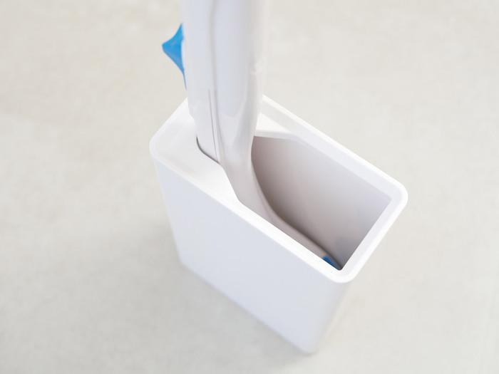 シンプルなデザインなので、生活感を感じさせず空間に馴染みます。流れるトイレブラシのハンドルがぴったりとフィットする構造なので、立ち姿をキレイにキープ。片手で簡単に手に取れるのも◎。