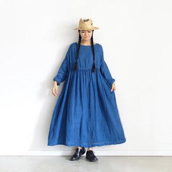 洗いざらしのリネンに天然の藍を使って手染めした青色ワンピース。着て洗うことを繰り返すたび、自分らしく育っていくようで愛着がわいてきます。  夏は涼しげな透け感を。秋はレイヤードを楽んで。オールシーズン手放せない1着になるはず。