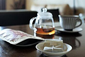 バタバタした毎日。メンタルはもちろん、体の調子を整えるのも以前より難しいと感じている方も多いのではないでしょうか。そんな時には、味や香りはもちろん、体をリラックスさせてくれるハーブティーがおすすめ。ほんのり甘いフルーティな味わいで、アイスティーにもおすすめです。一日に一回、ゆっくりお茶が飲めたら、少し心にもゆとりが出来そうですね。
