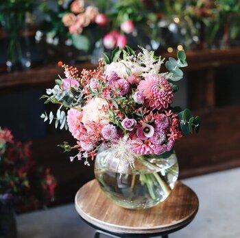 たった一輪でもお部屋に飾るとパッと雰囲気を華やかにしてくれる生花。プレゼントされない限り、なかなか自分では買うチャンスが少ない方も多いと思いますが、他のどんなアイテムよりも見ているだけで幸せな気持ちになる不思議な魅力があるのも生花でもあります。もちろんフラワーショップで好きなお花を選ぶのも◎ですが、こんな風に花束になったタイプならサッと飾れて手間もないので忙しい方にもおすすめ。