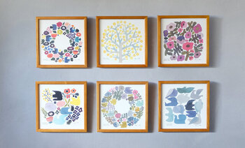 意外におうちに絵やポスターを飾っている方は少ないかもしれませんが、小さなタイプでもお部屋の雰囲気を変えてくれるアイテムでもあります。WREATHのポスターは20㎝サイズで大きすぎず、独特の自然を取り入れたデザインがとっても素敵。いくつか集めて、季節や気分で飾るアイテムを変えるのも◎ですね。リビングはもちろん、玄関や寝室にも飾ってみてはいかがでしょうか。