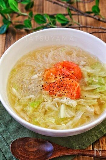 たっぷりのキャベツと、トマトの酸味が美味しい春雨スープ♪胃の不調にも効果的なキャベツのスープは、食べ過ぎた日の翌朝におすすめです。春雨を加えることで食べ応えもあり、1品でも満足感たっぷりのスープレシピです*