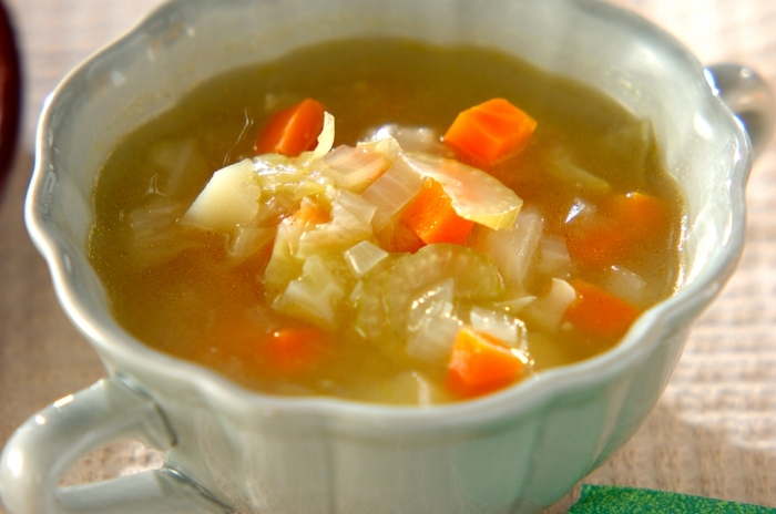 まずは、葛粉のとろみを活かしたスープのご紹介です。玉ねぎ、じゃが芋、キャベツ、セロリ、人参と野菜がたっぷり。野菜はカットして炒めて煮るだけなのでとっても簡単です。葛粉はあらかじめ水で溶いておきましょう。最後にとろみを付けたら完成です♪