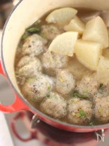 こちらは、さまざまな料理に利用できる、蓮根だんごのレシピです。材料はとっても簡単で、蓮根、ネギ、生姜、本葛粉があればOK。スープにもぴったりで、お肉が入っていないのでヘルシーにいただけます♪