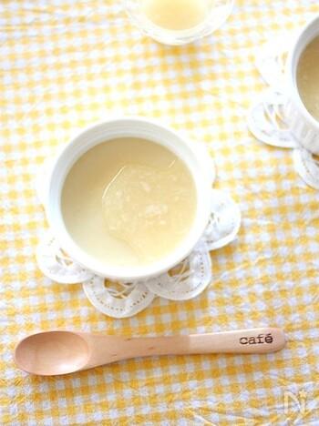 卵も牛乳も使わない、本葛粉で作るプリンのレシピ。材料を混ぜて加熱するだけでできるので、とっても簡単。はちみつとレモン汁に塩麹も合わせたソースをかけていただきます。ソースの配合は味見しながらお好みで調整してもOK♪