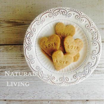クッキーにも葛粉が活躍!卵やバター、小麦粉も使わないクッキーのレシピです。粉類は米粉と葛粉、油はココナッツオイルや菜種油を使っています。アーモンドパウダーやココナッツシュガーのおいしさもつまったクッキーです。