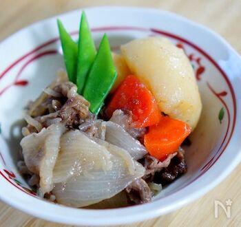 煮込み料理が美味しく仕上がると人気のストウブは、肉じゃがも絶品に仕上げてくれます。野菜などの具材から出る水分だけで仕上げるのがポイント。旨味がぎゅっと閉じ込められた味わいを楽しんで♪