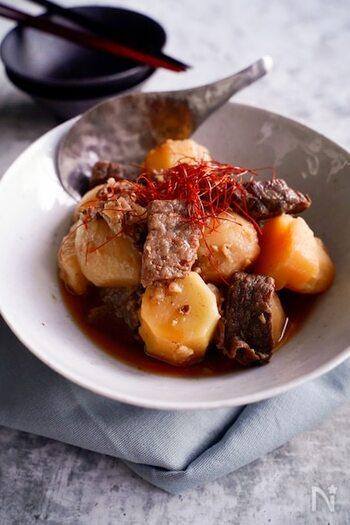 和の味付けに飽きたら、韓国風はいかが?コチュジャンや唐辛子を加えて、ピリ辛味に仕上げます。塊肉がゴロゴロ入ってボリューム満点!