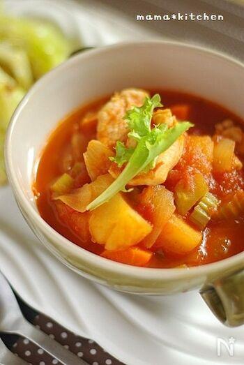 具材たっぷりで、トマトの酸味が爽やかな一品。鶏肉の皮で旨味を出したら、野菜を加えてじっくり煮込んでいきます。そのまま食べても、パスタにかけても美味しいです♪