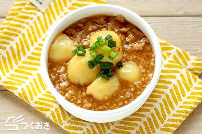とろみのあるそぼろ煮は、一口食べるとほっとする味わいです。あっさりとした鶏ひき肉とじゃがいもを、甘辛く味付けてご飯に合うおかずに。スプーンで一緒にすくっていただきましょう!