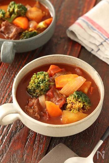 子供も大人も喜ぶ、具材がゴロゴロ入ったビーフシチュー。牛肉を赤ワインで煮込み、本格的な味わいに仕上げます。お肉と野菜の旨味が溶け込んだシチューは、パンに付けても絶品!