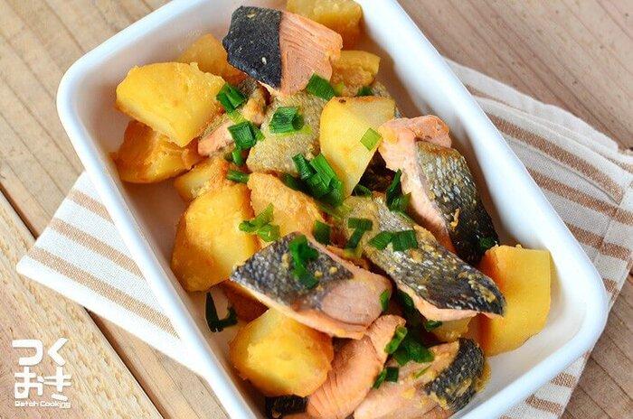 味噌バターが鮭ともじゃがいもともマッチして、箸が止まらなくなる美味しさ!ポン酢や醤油も加えて、複雑な味わいに仕上げます。じゃがいもはレンジ加熱でスピーディーに調理できますよ。