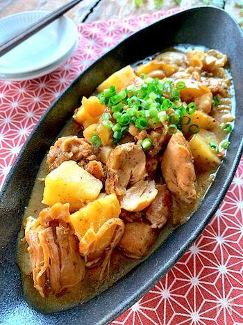 イタリア料理の「カチャトーラ」を和風にアレンジした一品。基本のレシピはトマトやワインを使いますが、こちらは醤油や料理酒などで味付けします。玉ねぎも鶏肉も、しっかり焼き目を付けてから煮込むと◎